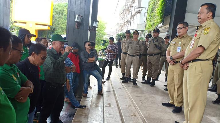 Unjuk Rasa Protes Bangunan Kios di Terminal SA