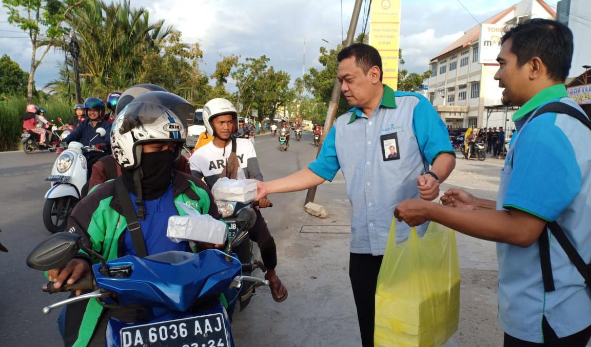 Semarak Ramadhan, Direktur Kepatuhan Bank Kalsel Bagi-bagi Takjil