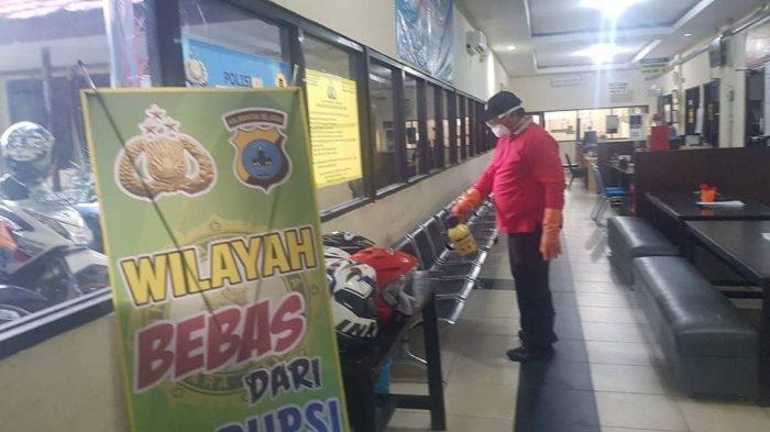PENYEMPROTAN Cairan Disinfectant Pada Tiga Tempat Pelayanan Publik di Polresta Banjarmasin