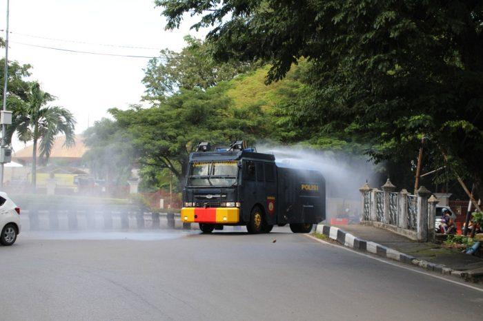 MENGGUNAKAN Mobil AWC, Anggota Sabhara Sterilkan Pasar dan Jalan