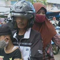 MASIH Banyak Pengunjung Tanpa Masker, PUAM-ZSMAA Bagikan Gratis di Pasar Martapura
