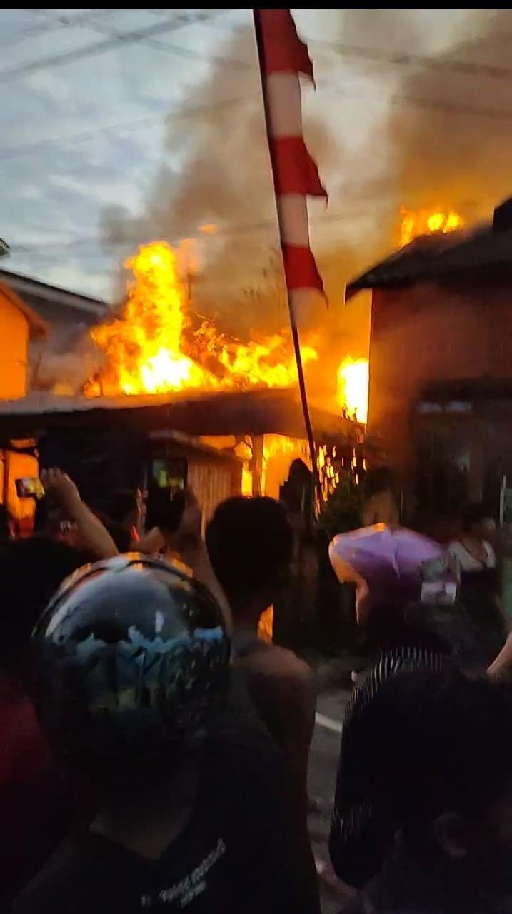 WARGA BERHAMBURAN Keluar Rumah Ada Amukan Api