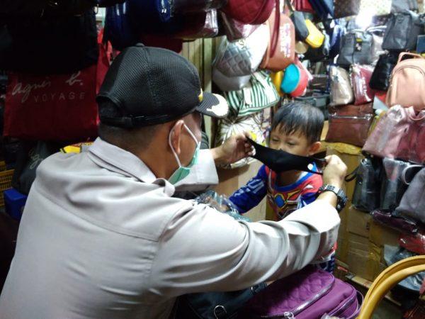 TIGA PASAR Disambangi Polisi dan Anak-Anak Ikut Orang Tuanya Diminta Bermasker