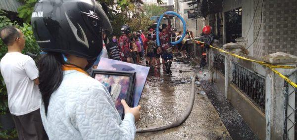 DUA WARGA Stroke Terselamatkan dari Amukan Api dan Ada Hanya Sempat Bawa Foto Wisuda