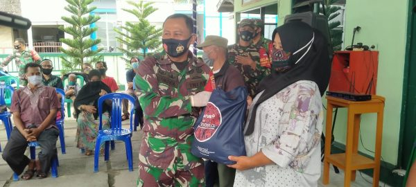 RATUSAN Paket Sembako Dibagikan di Halaman Makoramil Banjarmasin Barat