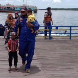 EVAKUASI Dua Kapal Wisata Peziarah yang Kandas Depan Pulau Kembang