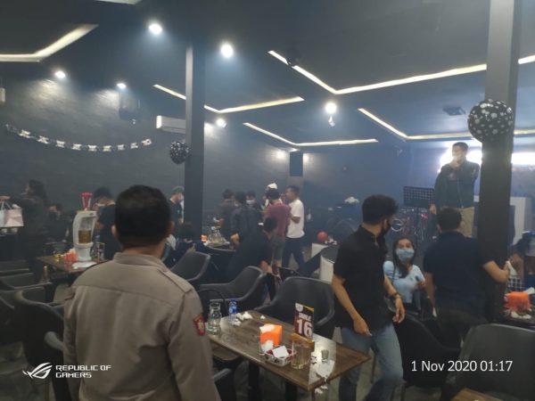 ABAIKAN PROKES dan Diduga Acara Halloween Party, Pengunjung Bombabeer Restaurant and Cafe Dibubarkan Polisi