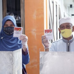 BERMOHON DOA Orangtua, Cawali Banjarmasin Hj Ananda Melangkah ke TPS Gunakan Hak Suaranya