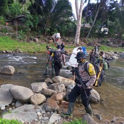 TNI – POLRI Kawal Pendistribusian Logistik Pilkada, Susur Sungai dan Tapaki Pegunungan Selama Dua Hari