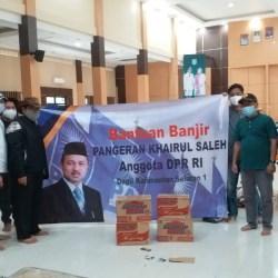 ULURKAN TANGAN, Waket Komisi III DPR-RI Pangeran Khairul Saleh Bantu Korban Banjir Daerah Asalnya Kalsel