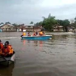IKUT MENCARI Keluarga Korban Santri Tenggelam dari Tangerang