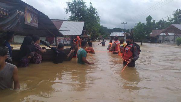 Tim SAR Polres Banjar Evakuasi dan Bantu Pengamanan Harta-Benda Korban Banjir