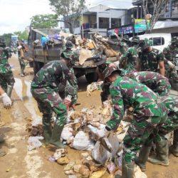 DIBERSIHKAN Kota Barabai Pasca Banjir dengan Kerahkan Anggota Yonif 621/Manuntung