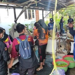 DINSOS GELONTORKAN Dana Ratusan Juta untuk Dapur Umum Bantu Korban Banjir