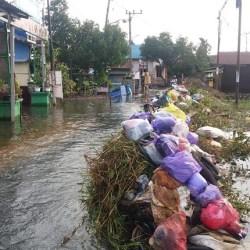 SAMPAH SISA Bawaan Banjir Terlambat Diangkut Karena Terhambat Akses