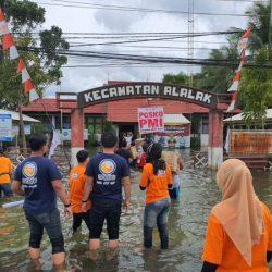 DISALURKAN Bantuan Popok Bayi Bagi Korban Banjir di Alalak
