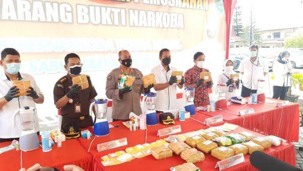 DISITA DARI JARINGAN 26,9 Kg Narkotika Dibawa ke Lapangan Mapolda Kalsel Beserta 29 Tersangka