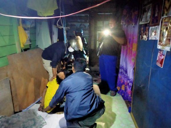 BERSEMBUNYI DI PLAFON Pelaku Penggasak Peralatan Pembangunan Ketika Digerebek Polisi