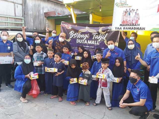 Manajemen Duta Mall Banjarmasin Membagikan 15 Ribu Takjil kepada warga selama bulan puasa Ramadhan 1442 H (2)