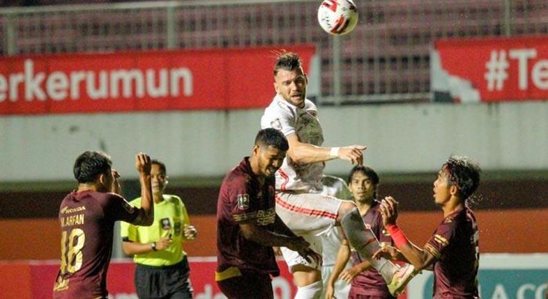 HANYA 10 Pemain, Persija Paksa PSM Makassar Bermain Imbang 0-0