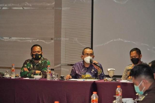 Penjabat (Pj) Walikota, Akhmad Fydayeen, memimpin rapat bulanan Forum Koordinasi Pimpinan Daerah (Forkopimda) Kota Banjarmasin