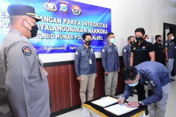 ANTI NARKOBA Personel Bid Humas Polda Kalsel Tandatangani Pakta Integritas