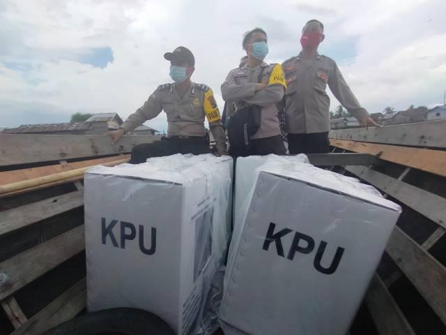 kotak, surat serta bilik suara dari kantor Kelurahan Mantuil menuju dermaga penyeberangan kelotok