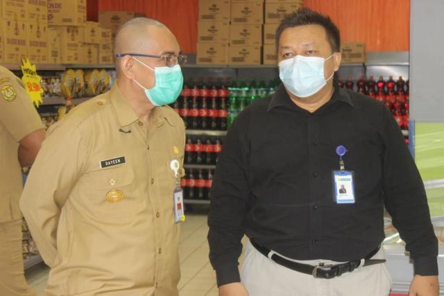 Penjabat Walikota Banjarmasin dan Pelaksana Harian Sekda Kota Banjarmasin memantau pasar modern di Hypermart Duta Mall Banjarmasin (3)