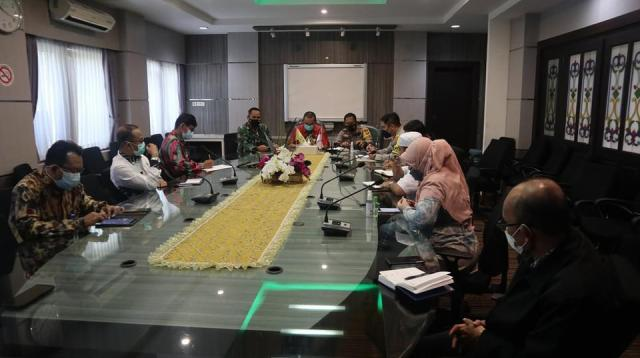 Rapat koordinasi penegakan Protokol Kesehatan yang berlangsung diruang rapat Berintegrasi Balaikota Banjarmasin (2)