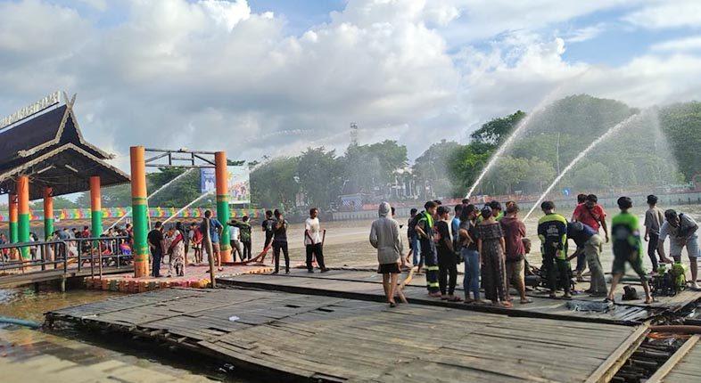 HABISKAN Akhir Pekan, Relawan BPK Adu Kinerja Semburkan Air di Kejauhan