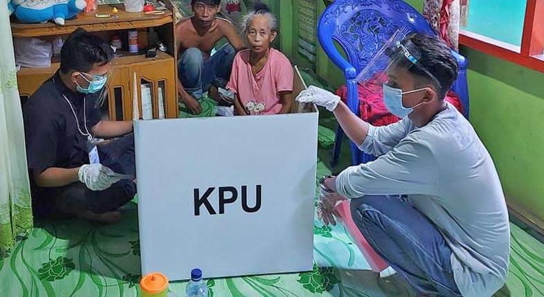 SAKIT, Petugas KPPS Sambangi Rahimah ke Rumah