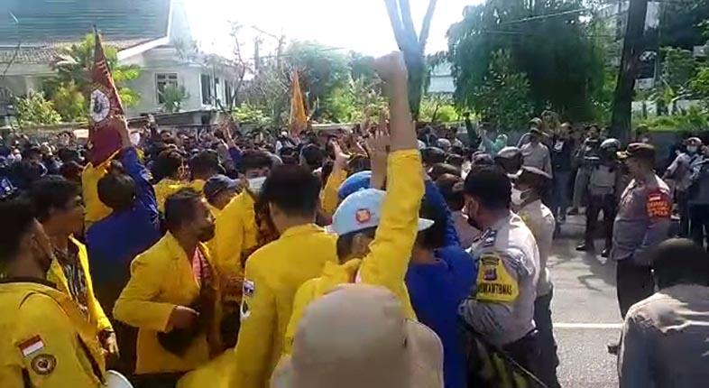 "RATUSAN MAHASISWA Teriak ""Save KPK"" di Hadapan Wakil Rakyat"