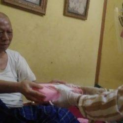 DIBANTU Petugas KPPS, Kakek Berumur 75 Tahun Mencoblos di Rumah