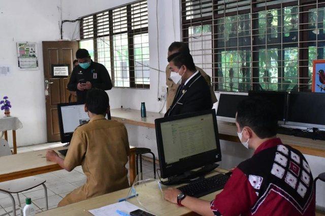 H Ibnu Sina  bersama pihak Dinas Pendidikan memantau PPDB online itu untuk melihat kesiapan Sekolah Menengah Pertama (SMP)