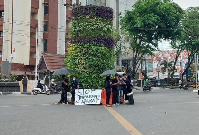 Aksi Kamisan yang dilakukan belasan mahasiswa di perempatan Jalan Lambung Mangkurat, Kota Banjarmasin (2)