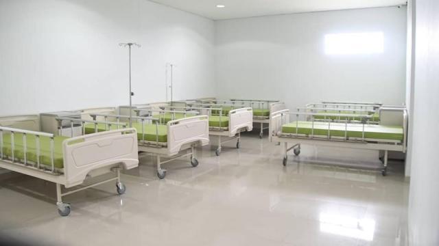Walikota Banjarmasin, H Ibnu Sina meninjau langsung ruangan-ruangan isolasi untuk pasien Covid-19 yang ada di Rumah Sakit Umum Daerah (RSUD) Sultan Suriansyah (2)