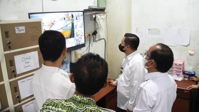 Walikota Banjarmasin, H Ibnu Sina meninjau langsung ruangan-ruangan isolasi untuk pasien Covid-19 yang ada di Rumah Sakit Umum Daerah (RSUD) Sultan Suriansyah (3)