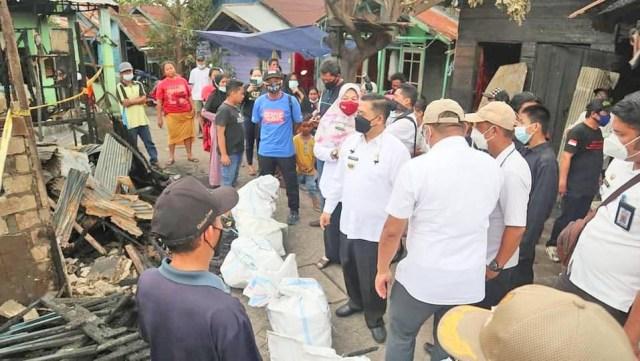 Walikota Banjarmasin, H. Ibnu Sina berikan bantuan kepada 9 kepala keluarga dengan total 23 jiwa korban musibah kebakaran