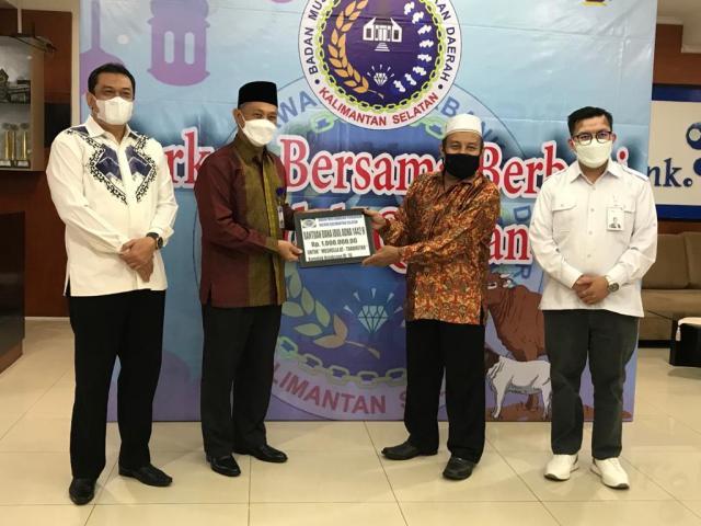 penyerahan Sapi Kurban Badan Musyawarah Perbangkan Daerah (BMPD) Provinsi Kalsel, di Lantai VII Bank Kalsel (2)