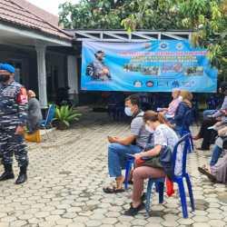 TUJUH NAKES TNI AL-Lanal Banjarmasin Gencarkan Vaksinasi Covid-19 untuk Warga Pesisir