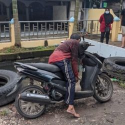 SEORANG PRIA tak Bernyawa di Atas Sepeda Motor