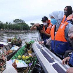 KUNJUNGI Pasar Terapung dan Rumah Anno, Nur Asia Uno Borong Kain Sasirangan dan Tas Purun