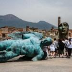 Imagem da grande escultura em bronze deitada no meio de Pompéia