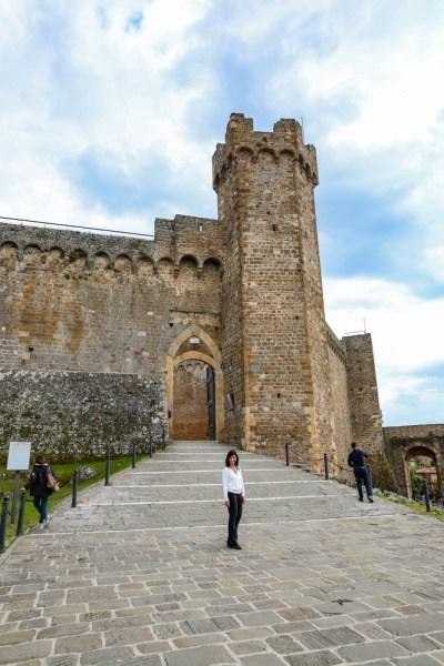 As grandes muralhas de Montalcino na Toscana