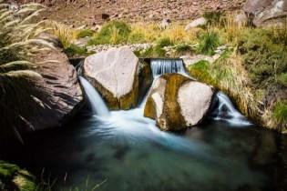 Queda d'água nas Termas de Puritama no Deserto do Atacama