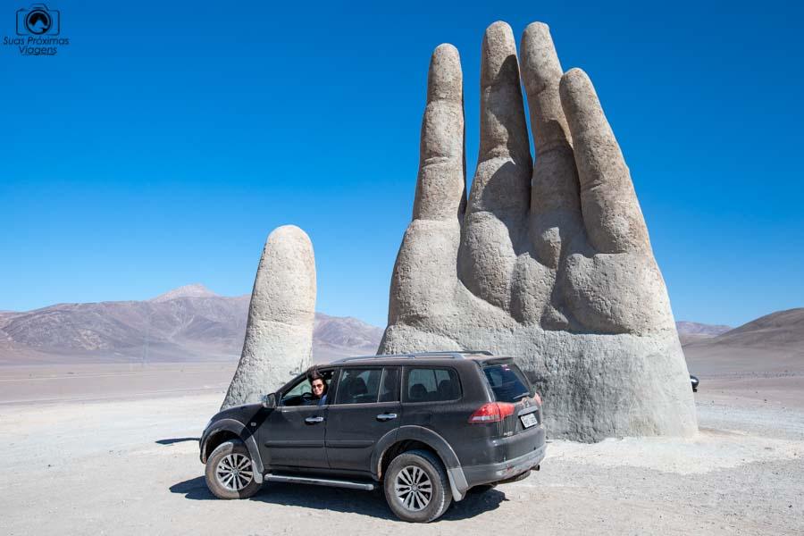 imagem do Pajero em frente a mão do deserto