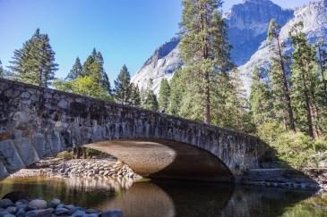 Ponte sobre Merced River no Parque Nacional Yosemite