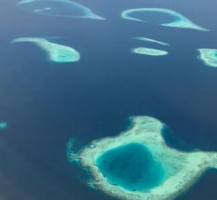 Vista aérea dos Atois nas Maldivas