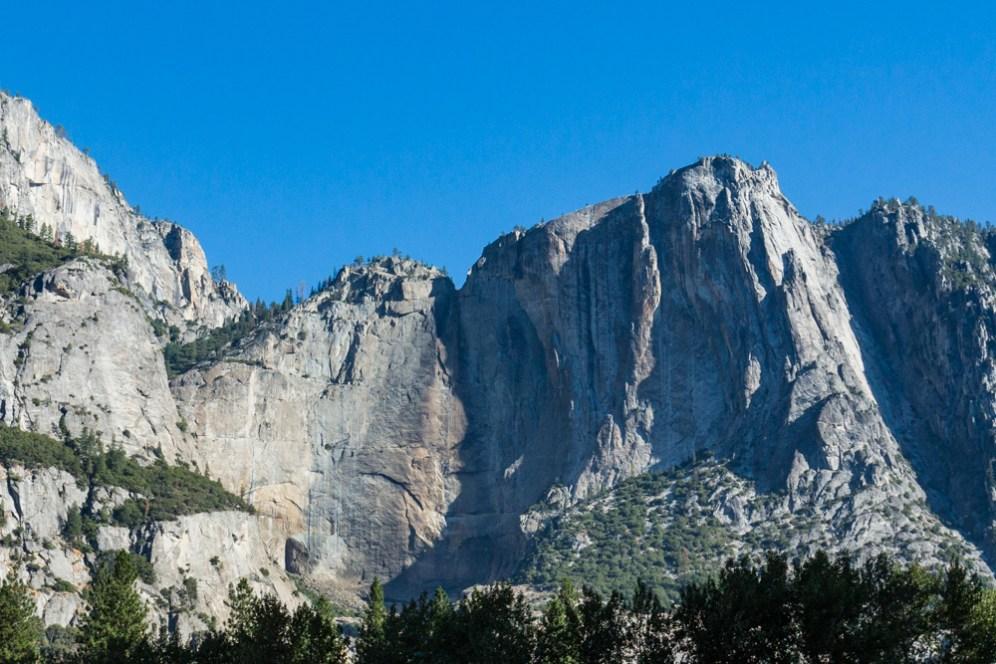 Um close da Yosemite Falls seca Parque Nacional Yosemite