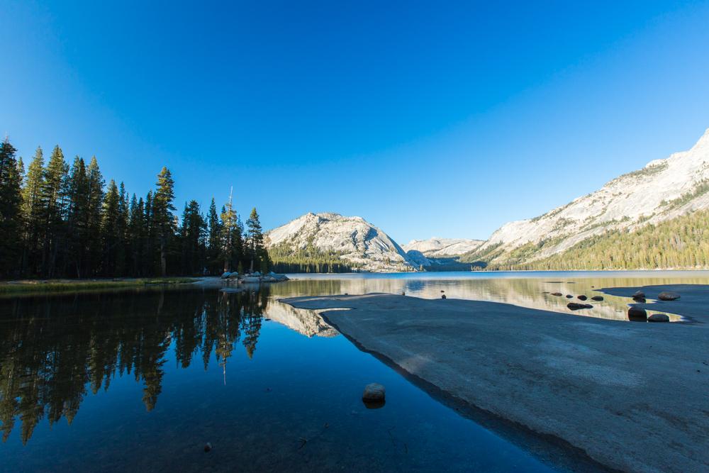 Lindo reflexo no Tenaya Lake no Parque Nacional Yosemite